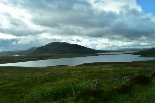 Traumhafte Berge mit Seen und Wiesen